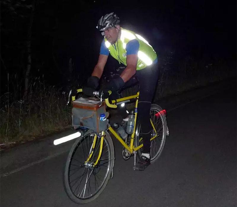 Велосипедист в светоотражающем жилете