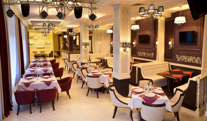 При строгом стиле ресторана мелкие детали интерьера будут излишни