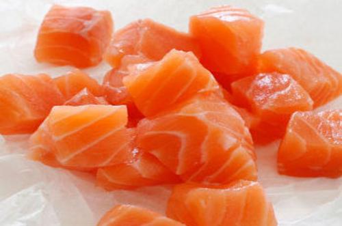 мелко нарезанный лосось