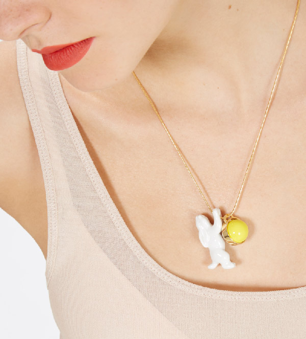 Колье-из-фарфора-Single-Rabbit-Balloon-Yellow-от-дизайнера-ANDRES-GALLARDO-на-модели.jpg