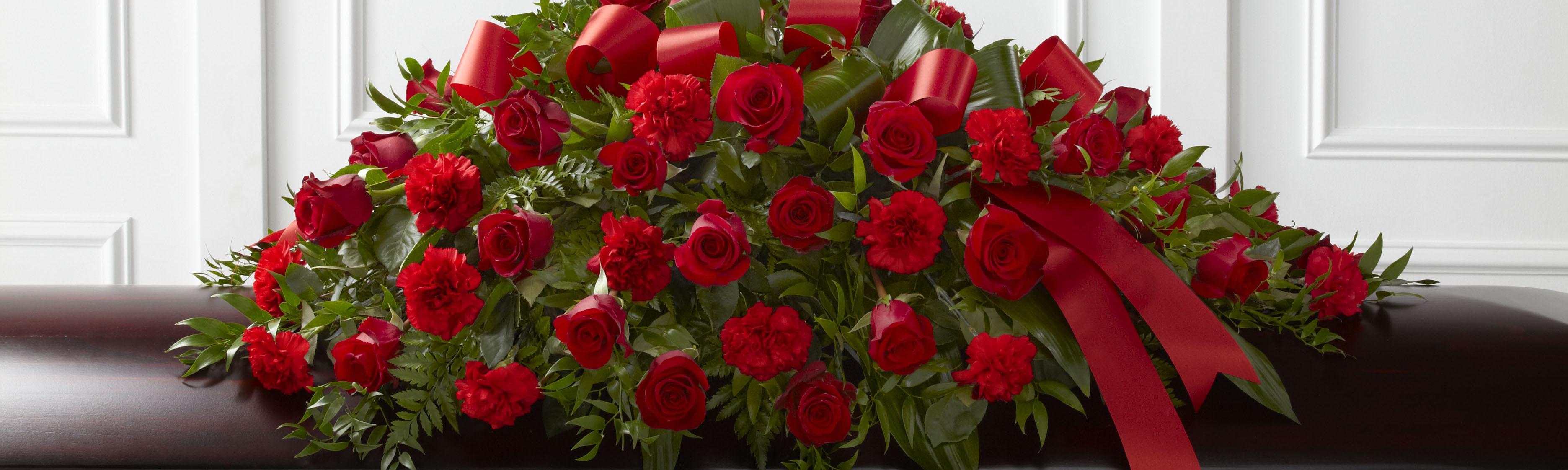 Используем только качественные материалы для венков из искусственных цветов и свежесрезанные розы, хризантемы, гипсофилы и лилии для венков из живых цветов