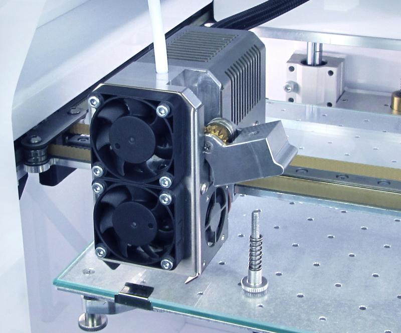 Подача пластика осуществляется двумя комбинированными шестернями с накаткой, что дало стабильную и эффективную подачу.