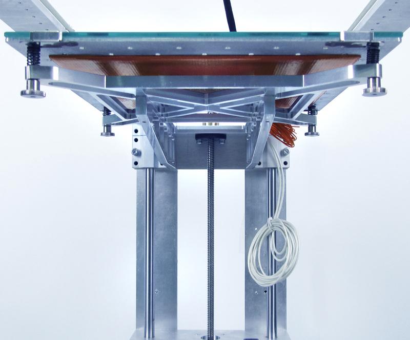 Печатная платформа изготовлена из алюминия 2 мм и снабжена перфорацией для уменьшения тепловой деформации при нагреве,