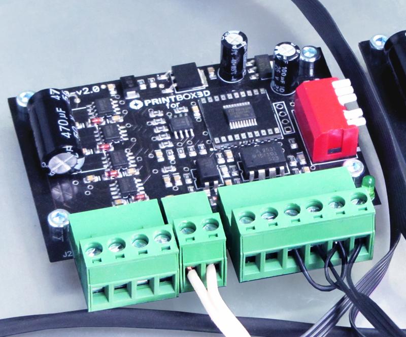 Принтер оснащён системой автономного управления, LCD-дисплеем и слотом для SD-карт.