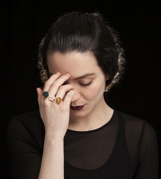 изящное кольцо Trio Flower от Andres Gallardo