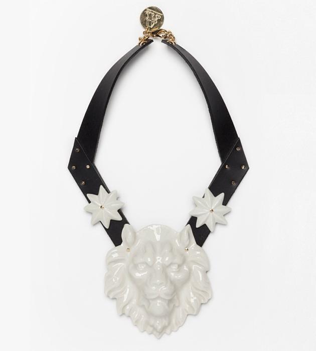 колье из фарфора с головой льва от Andres Gallardo