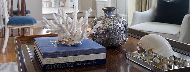 стеклянная ваза на рабочем столе