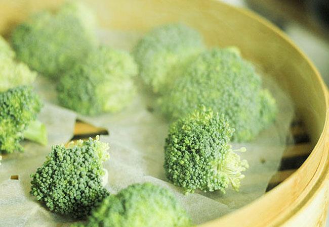 Поместите в пароварку овощи