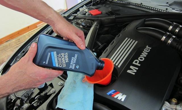 Заливаем масло в горловину двигателя