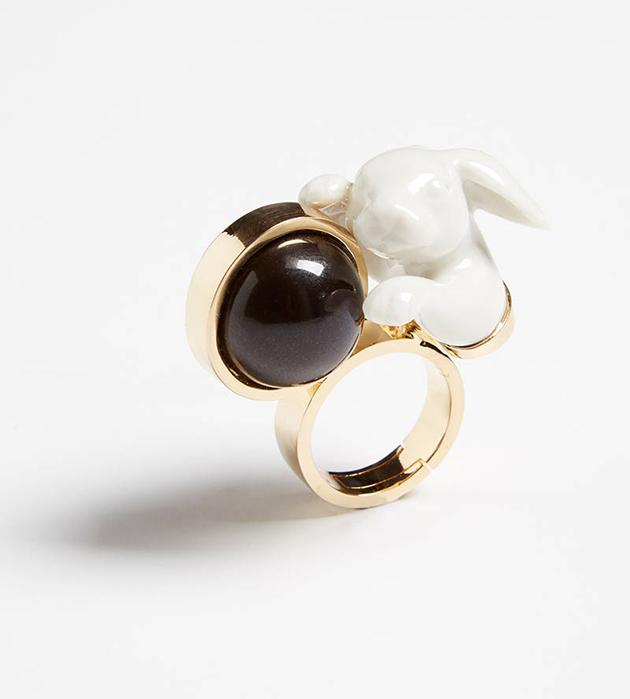 стильное кольцо из позолоченной латуни Rabbit Balloon от ANDRES GALLARDO