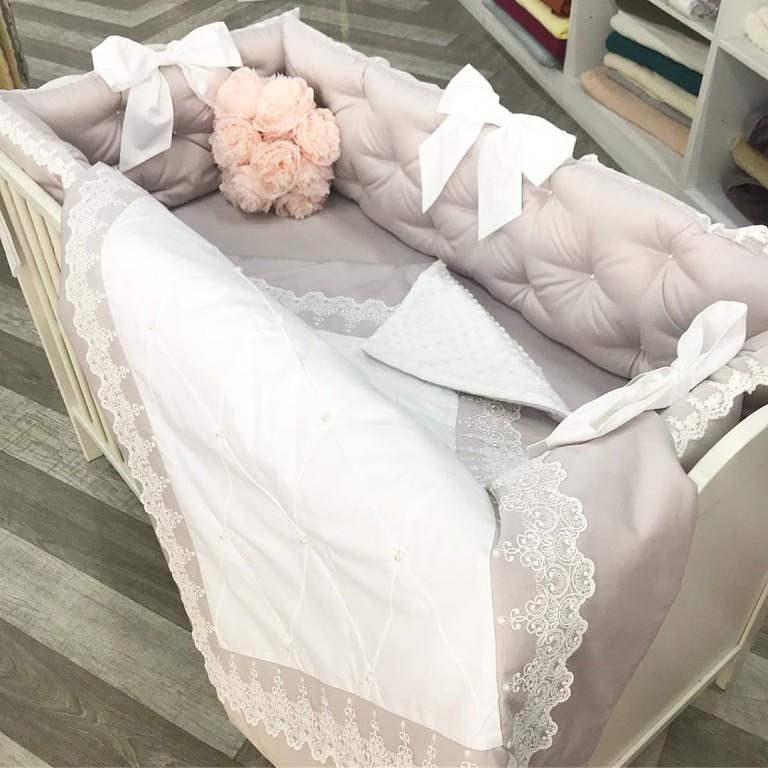 Купить стильный комплект в детскую кроватку