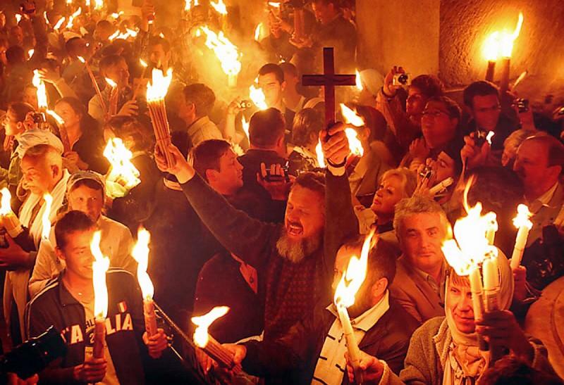 33 Иерусалимские Свечи в руках у паломников в храме Гроба Господня