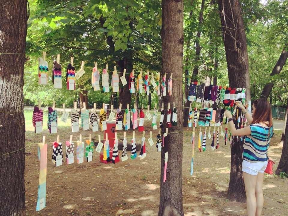 модные цветные дизайнерские носки и гольфы на веревке среди деревьев в парке