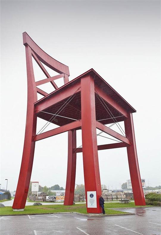На австрийской фабрике создали настоящий стул для великанов