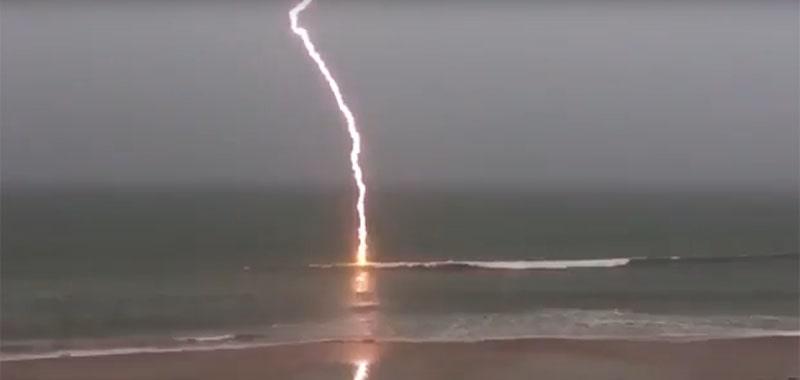 Молния бьет в море