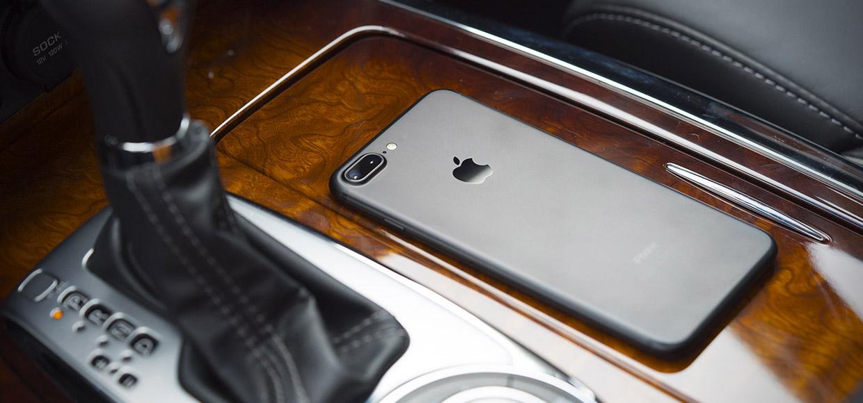 Чёрный айфон 7 плюс в машине.