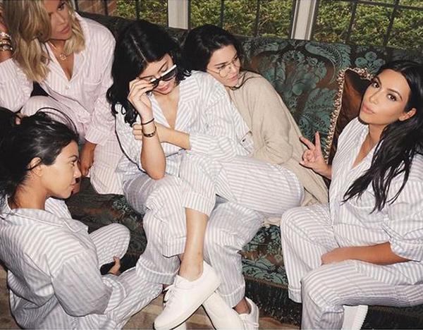 Ким Кардашян, пижама, кардашян семья, сестры, фото
