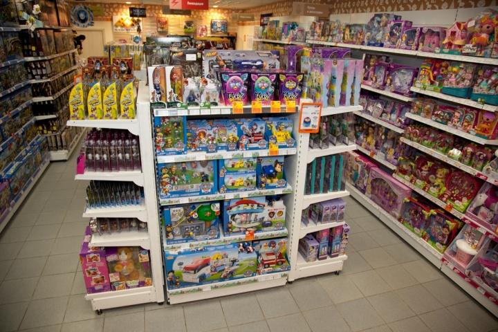 Дети должны иметь возможность пощупать понравившиеся игрушки на открытых витринах