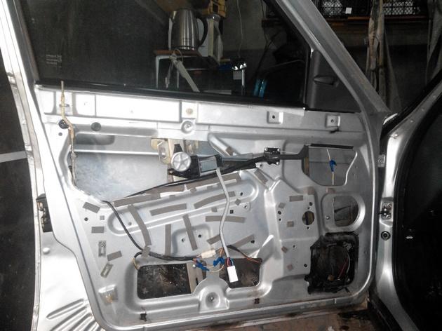 Установка стеклоподъемников ФОРВАРД в передние двери ВАЗ-21124. Рис. 22