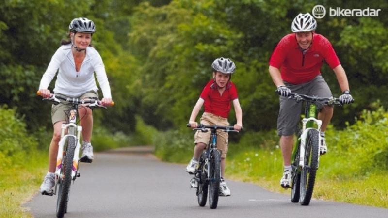 Катание всей семьей на велосипедах