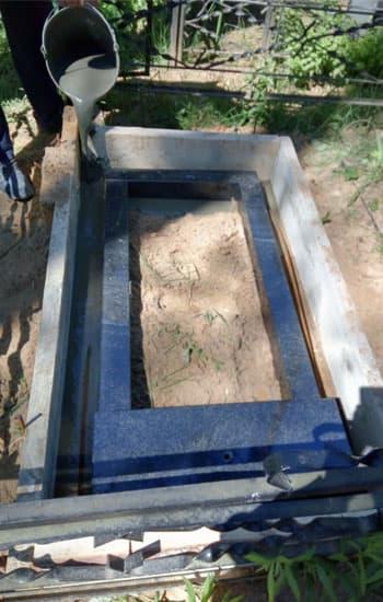 Заливка фундамента под памятник и цветник