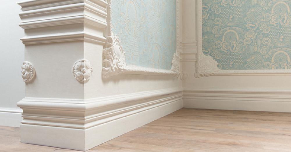 Плинтус в комбинации с рельефным орнаментом