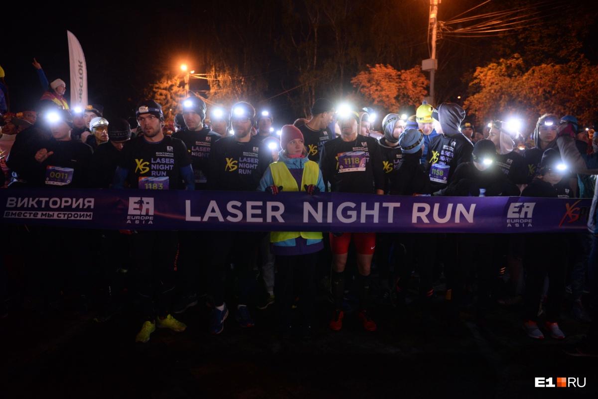 Для бега в темное время суток надевайте одежду со светоотражателями или налобный фонарик