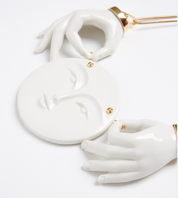 Колье-Moon-Couple-Hand-от-ANDRES-GALLARDO-деталь.jpg