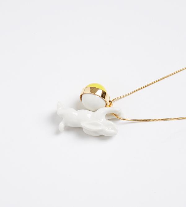 Колье-из-фарфора-Single-Rabbit-Balloon-Yellow-от-дизайнера-ANDRES-GALLARDO-деталь.jpg