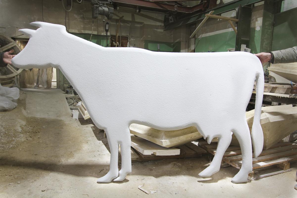 Корова из пенопласта с покрытием.