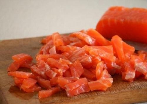 мелко нарезанное филе лосося
