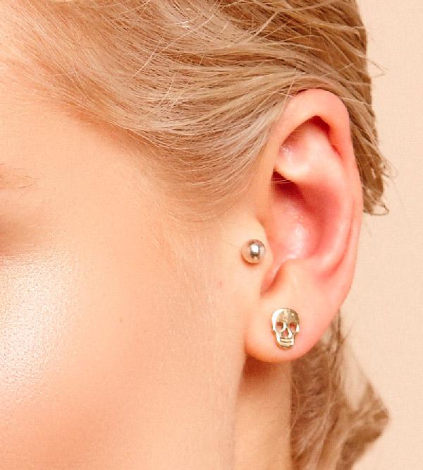Серьги-гвоздики-Skull-and-Eye-Charm-от-бренда-Maria-Francesca-Pepe-модель.jpg