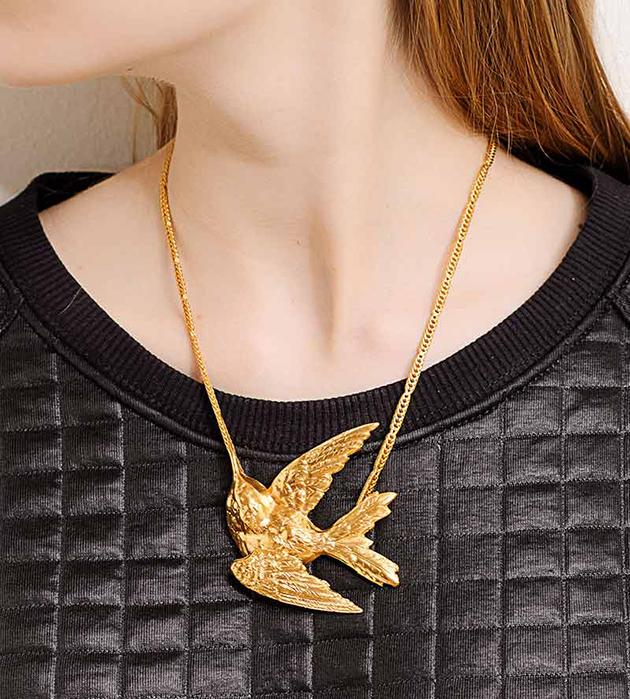 эффектное украшение золотого цвета Single Bird от Beatriz Palacios