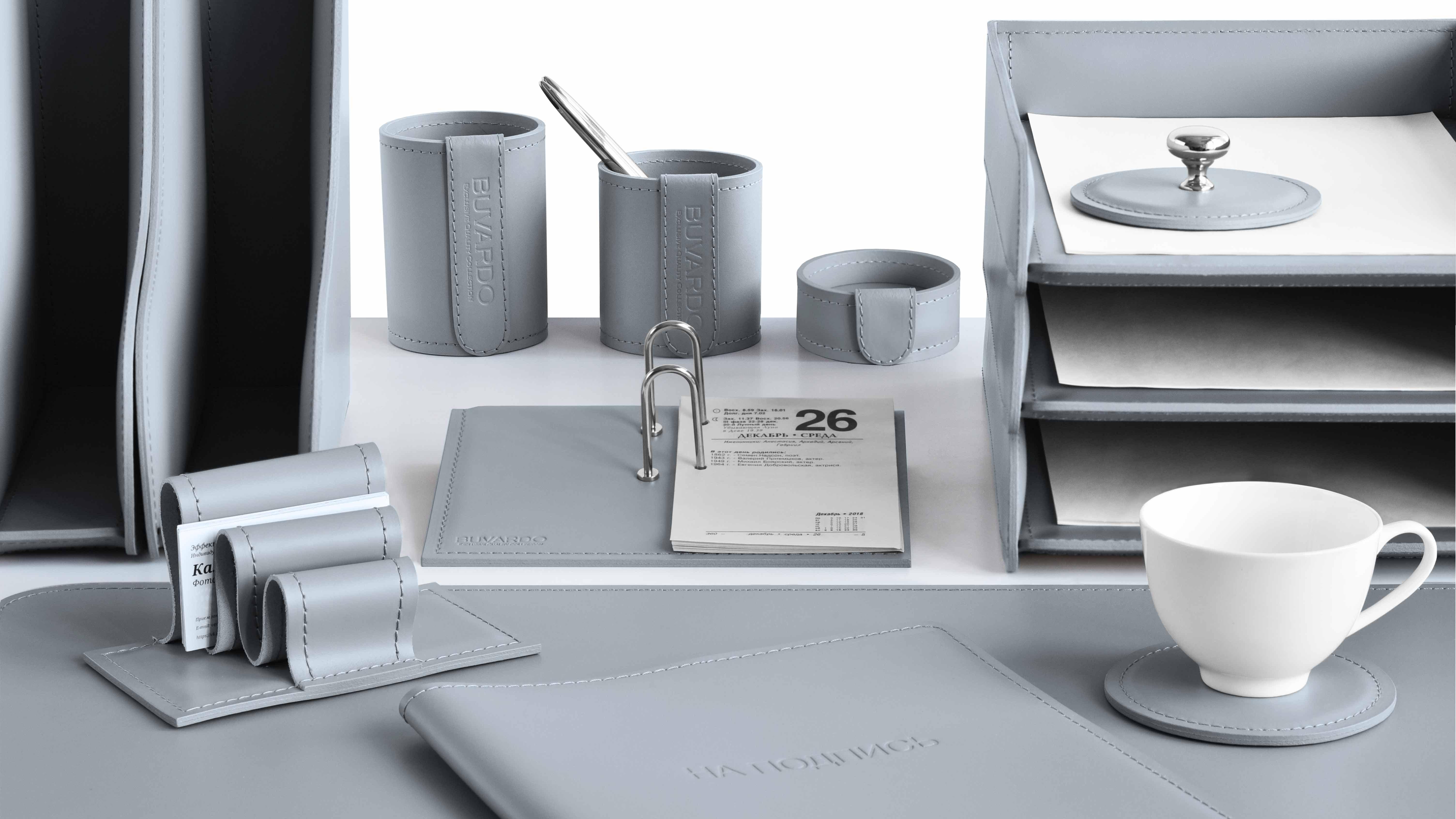 Серый цвет кожи Cuoietto в наборах для стола руководителя.