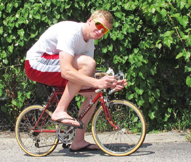 большой человек на маленьком велосипеде
