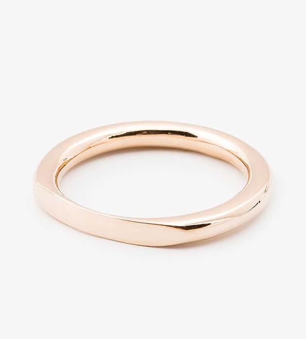 гладкое золотистое кольцо Flat Front из позолоченной латуни oт Helena Rohner