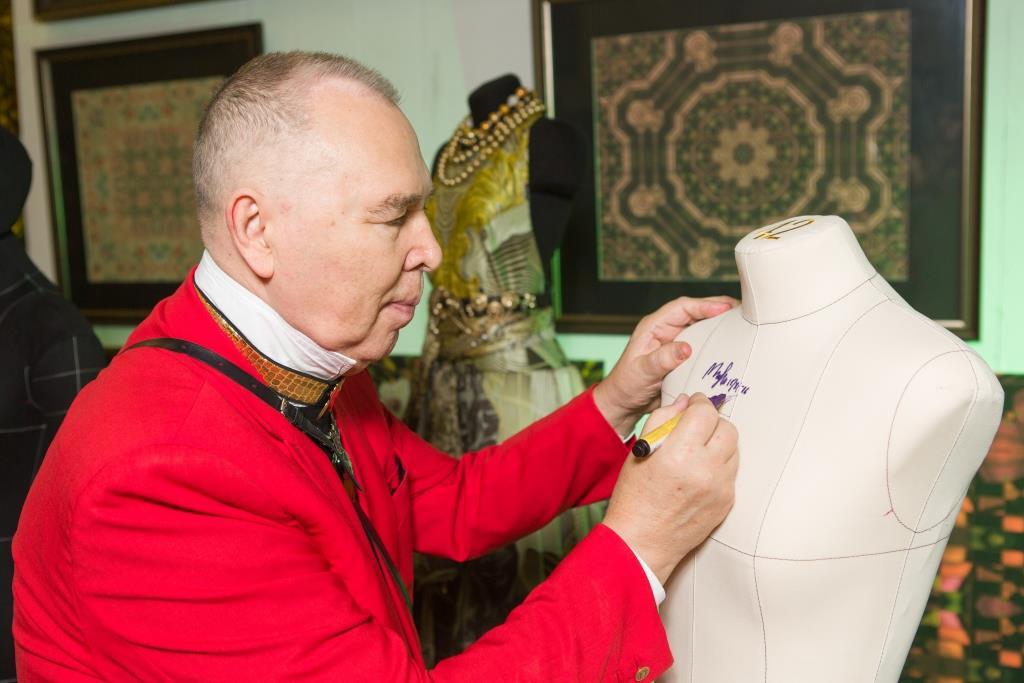 В. Зайцев подписывает мягкий портновский манекен Royal Dress forms