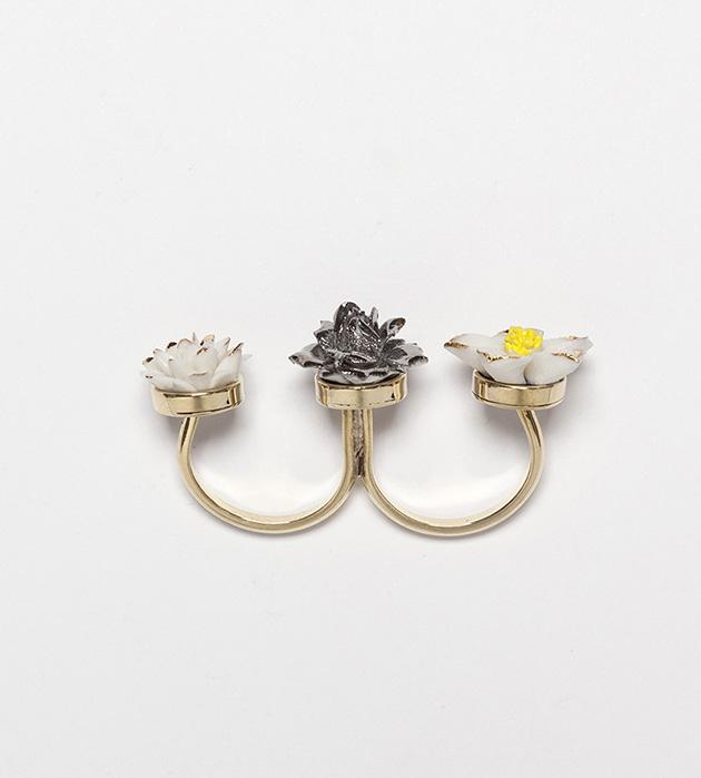 кольцо на 2 пальца Trio Flower Ring из фарфора от ANDRES GALLARDO
