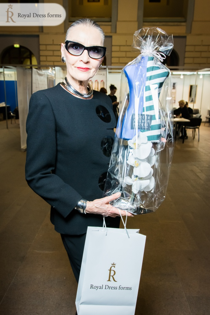 Масштабный манекен Бетти от Royal Dress forms отправляется в Модный Дом Пьера Кардена