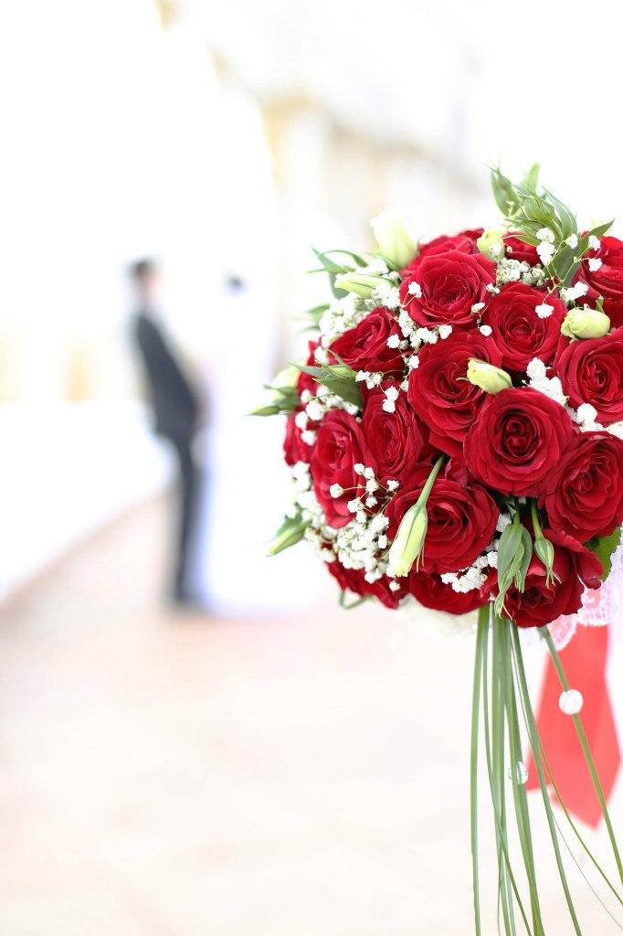 оформление_живыми_цветами_Алматы_букет_невесты_из_красных_роз.jpg
