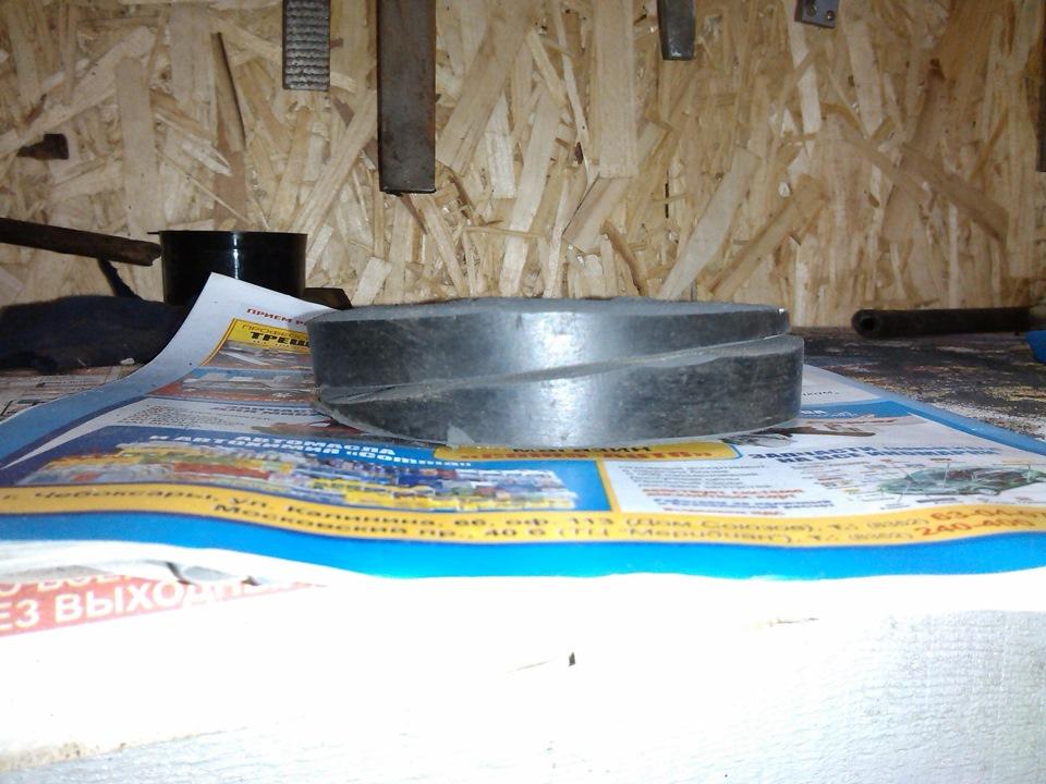 Выручает привычка не выбрасывать ничего нужного :) Дырявая посередине резинка от подкатного домкрата по диаметру идеально совпадала с баллоном и была распилена и отшлифована на наждаке под клин