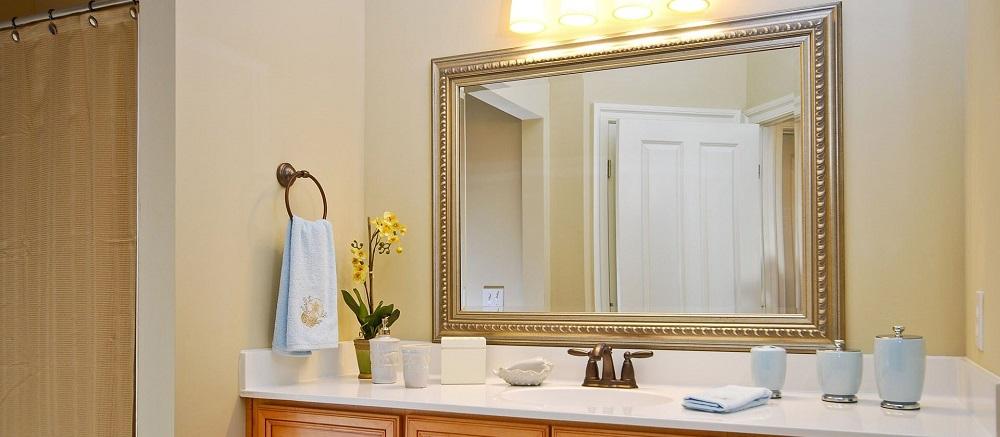 Зеркало для ванной комнаты с деревянно рамой