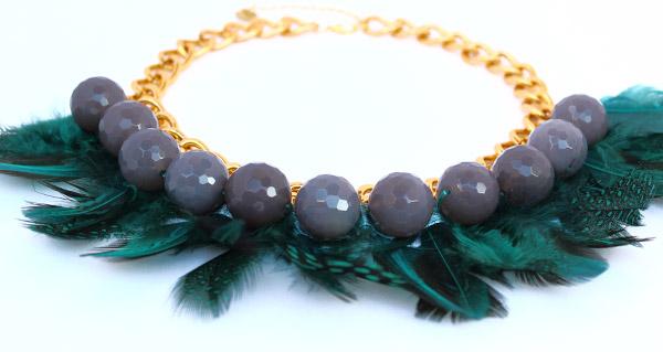 Зеленое ожерелье-колье из агата и из перьев фото