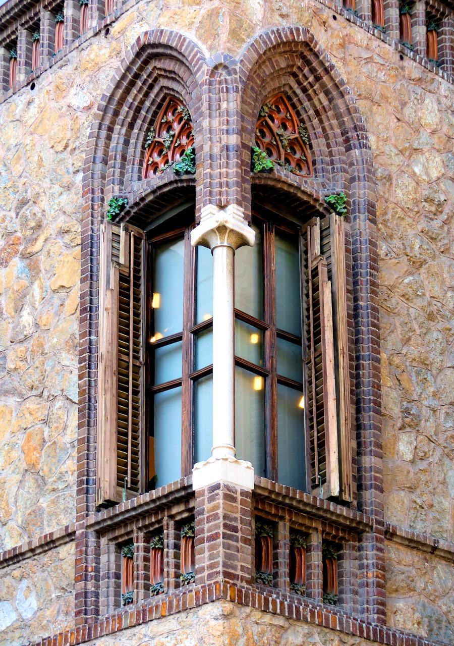 Окутное (угловое) окно