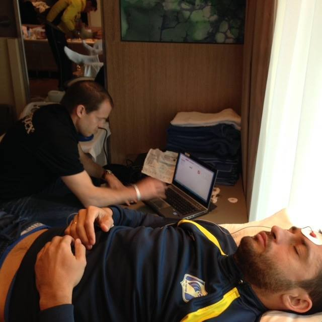 Джеффри Рамсей тестирует футболистов клуба Ростов с помощью диагностической системы Omegawave