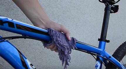 Мыть велосипед начинаем сверху