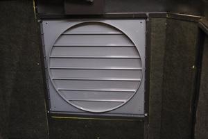 Инерционны жалюзи для вентиляции укрытия для генератора