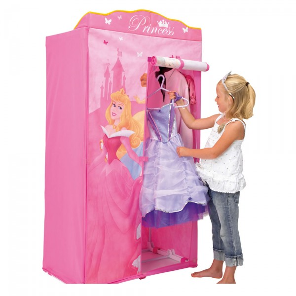 девочка развешивает платья в розовый тканевый шкаф с принцессой
