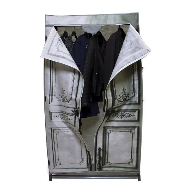 тканевый шкаф с необычным принтом с одеждой