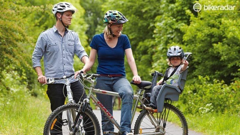 Семья на велопрогулке